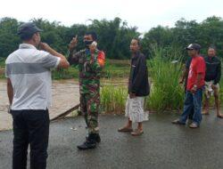 Air Sungai Barabai Meningkat, Babinsa Kodim Barabai Ingatkan Warga Untuk Waspada